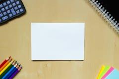 Hoja de papel blanca en el escritorio Foto de archivo libre de regalías