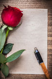 Hoja de papel con la pluma color de rosa perfumada imágenes de archivo libres de regalías
