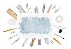 Hoja de papel A4 con las fuentes de los efectos de escritorio en blanco Opinión superior de la portada Mofa encima de la plantill Imagen de archivo libre de regalías