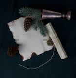 Hoja de papel en el escritorio con el árbol y los conos de abeto de la rama Imagen de archivo