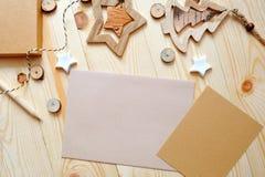 Hoja de papel de Kraft del fondo de la Navidad con el lugar para su texto y estrella y árbol de la Navidad blanca en de madera Fotos de archivo libres de regalías