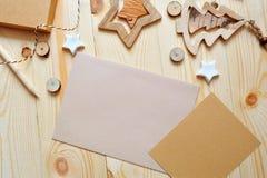 Hoja de papel de Kraft del fondo de la Navidad con el lugar para su texto y estrella y árbol de la Navidad blanca en de madera Fotografía de archivo