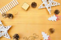 Hoja de papel de Kraft del fondo de la Navidad con el lugar para su texto y estrella blanca del árbol de navidad y cono en un oro Fotos de archivo