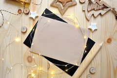 Hoja de papel de Kraft del fondo de la Navidad con el lugar para su texto y estrella y guirnalda de la Navidad blanca en de mader Imagen de archivo