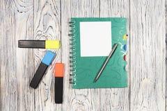 Hoja de papel, libreta, pluma y otra en blanco fuentes Imagenes de archivo