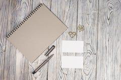 Hoja de papel, libreta, pluma y otra en blanco fuentes Imagen de archivo libre de regalías