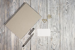 Hoja de papel, libreta, pluma y otra en blanco fuentes Imágenes de archivo libres de regalías