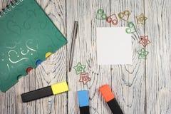 Hoja de papel, libreta, pluma y otra en blanco fuentes Foto de archivo libre de regalías