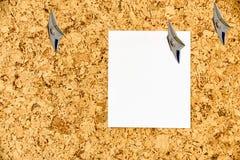 Hoja de papel vacía atada en un tablón de anuncios del corcho con las armas encubiertas del ninja japonés foto de archivo