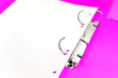 Hoja de papel vacía en carpeta brillante de la oficina Imágenes de archivo libres de regalías
