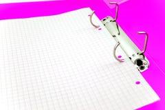 Hoja de papel vacía en carpeta brillante de la oficina Imagen de archivo libre de regalías