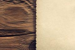 Hoja de papel vacía en la tabla Imagen de archivo libre de regalías