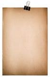 Hoja de papel vieja con el clip metálico Cartulina texturizada sucia Foto de archivo libre de regalías