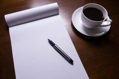 Hoja de papel y pluma en el escritorio Imagenes de archivo