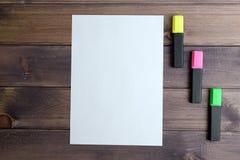 Hoja de papel y tres marcadores Fotos de archivo