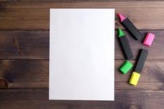 Hoja de papel y tres marcadores Fotografía de archivo