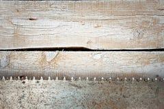 Hoja de sierra del metal en un fondo de madera Fotografía de archivo libre de regalías