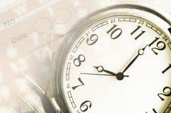 Hoja de un calendario y diario con el número de días y de reloj Fotos de archivo