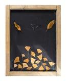 Hoja del árbol del otoño de la pizarra de la composición de la caída retra Fotografía de archivo