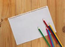 Hoja A4 del documento blanco sobre una plataforma de madera, visión superior Fotos de archivo libres de regalías
