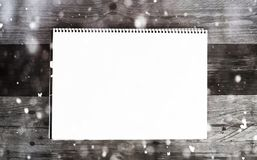 Hoja del Libro Blanco en los tableros de madera con efecto de la nieve Imagen de archivo libre de regalías