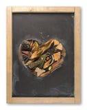 Hoja del otoño de la pizarra del corazón del concepto del amor de la caída Imágenes de archivo libres de regalías