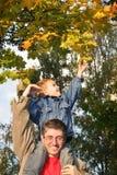 Hoja del otoño de la toma del hijo fotos de archivo