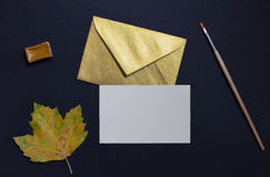 Hoja del otoño en fondo negro con la invitación de la tarjeta y de oro imágenes de archivo libres de regalías