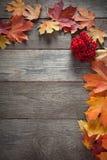 Hoja del otoño en la opinión superior del fondo de madera Imagen de archivo