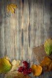 Hoja del otoño en el fondo de madera y x28; view& superior x29; Imagen de archivo