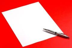 Hoja del papel en blanco con la pluma Foto de archivo