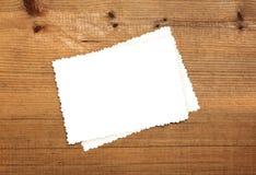 Hoja del papel en blanco en la madera Foto de archivo libre de regalías