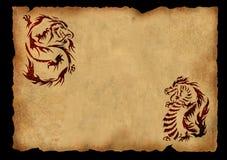 Hoja del pergamino antiguo con dos dragones Fotografía de archivo