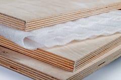 Hoja del polipropileno en la madera contrachapada fotos de archivo