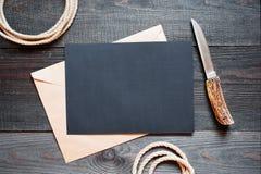 Hoja en blanco de los accesorios negros del papel y del vintage para el viaje en t Imágenes de archivo libres de regalías