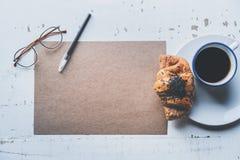 Hoja en blanco del arte de la maqueta del papel, de la pluma, de los vidrios del ojo y de la taza de café vacíos de la mañana con Imagen de archivo