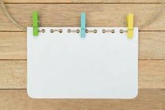 Hoja en blanco del cuaderno con la cuerda en el fondo de madera Imagen de archivo libre de regalías