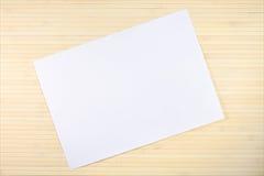 Hoja en blanco del documento sobre fondo de madera Fotografía de archivo libre de regalías