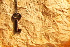 Hoja en blanco del papel arrugado y del clave Imagenes de archivo