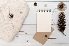 Hoja en blanco del papel del diseño para escribir Opinión de la decoración de la Navidad desde arriba flatlay Fotos de archivo