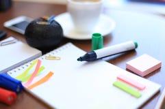 Hoja en blanco y efectos de escritorio con la taza de café Foto de archivo libre de regalías