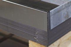 Hoja galvanizada en paquetes en almac?n de los productos de metal fotografía de archivo