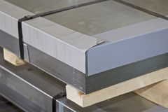 Hoja galvanizada en paquetes en almac?n de los productos de metal imagen de archivo