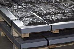 Hoja galvanizada en paquetes en almac?n de los productos de metal imagenes de archivo