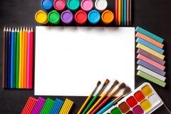 Hoja limpia blanca del álbum Herramientas para pintar y el arte en fondo negro Fotografía de archivo