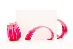 Hoja limpia de un papel con una cinta rosada Fotos de archivo