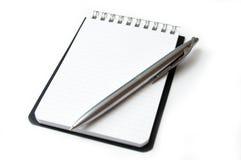 Hoja limpia del cuaderno aislada en blanco. Foto de archivo