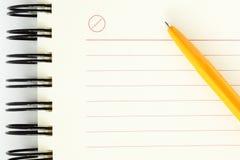 Hoja limpia del cuaderno con la pluma anaranjada fotos de archivo libres de regalías