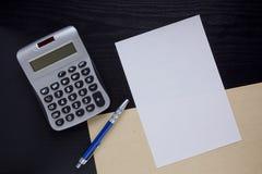 Hoja limpia y una calculadora Fotografía de archivo libre de regalías