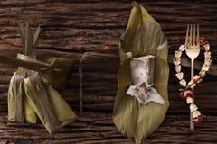 Hoja tailandesa del plátano del postre sabrosa en fondo de madera Foto de archivo libre de regalías